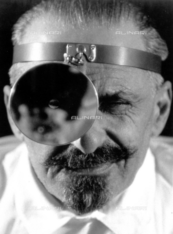 BVA-F-001220-0000 - Close up of a doctor with his face half-covered by the lens for observation - Date of photography: 1936 ca. - Alinari Archives-Balocchi archive, Florence