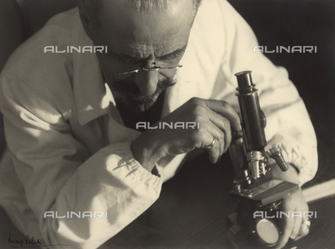 BVA-F-001223-0000 - Doctor shown as he observes a glass slide through the microscope - Date of photography: 1936 ca. - Alinari Archives-Balocchi archive, Florence