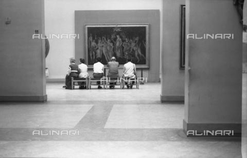 """BVA-F-001244-0000 - Florence. Uffizi Gallery. Tourists admiring Botticelli's """"La Primavera"""" - Date of photography: 1955 ca. - Alinari Archives-Balocchi archive, Florence"""