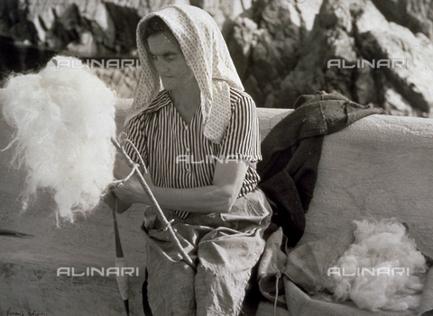 BVA-F-001290-0000 - Elderly lady in humble attire shown spinning wool - Date of photography: 1950 ca. - Alinari Archives-Balocchi archive, Florence