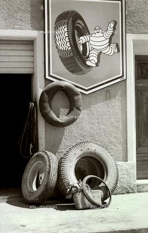BVA-F-001345-0000 - Gomme di automezzi e pubblicità della Michelin - Data dello scatto: 1960 ca. - Archivi Alinari, Firenze