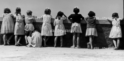 BVA-F-001471-0000 - Group of children leaning against a parapet
