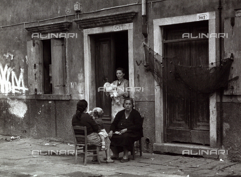 BVA-F-001472-0000 - Women in a conversation outside a house, Chioggia