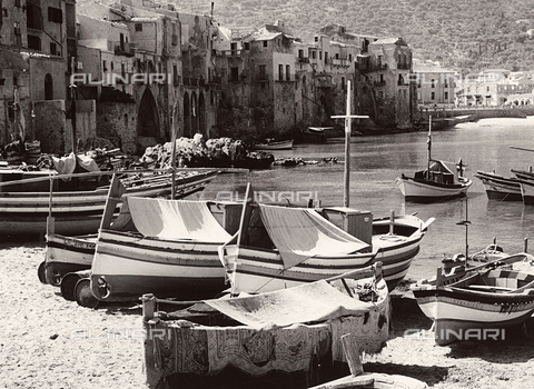 BVA-F-001671-0000 - Boats along the shore in Cefalù