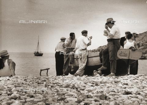 BVA-F-001824-0000 - Il pranzo dei pescatori. Cartolina inviata dall'autore a Vincenzo Balocchi - Data dello scatto: 1972 - Archivi Alinari, Firenze