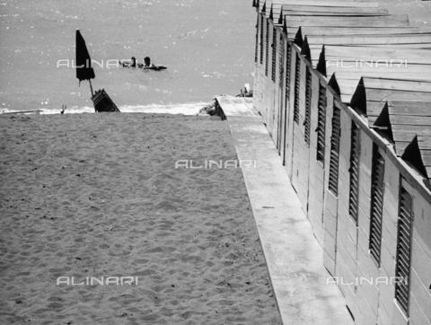 BVA-F-002092-0000 - Cabine e spiaggia - Data dello scatto: 1960 ca. - Archivi Alinari, Firenze