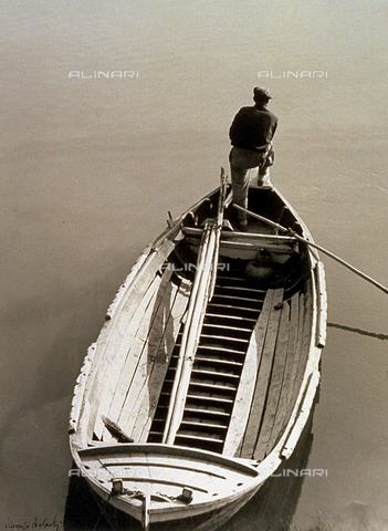 BVA-F-002149-0000 - View from above of a fisherman on a boat - Date of photography: 1930 -1950 ca. - Alinari Archives-Balocchi archive, Florence