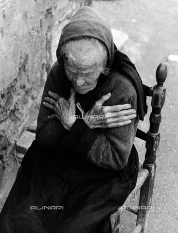 """BVA-F-002340-0000 - """"Rassegnazione"""": ritratto di anziana donna - Data dello scatto: 1960 ca. - Archivi Alinari, Firenze"""