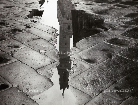 BVA-F-002607-0000 - The bell tower of Palazzo Vecchio in Florence reflected in a puddle