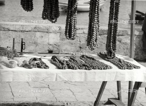 """BVA-F-002750-0000 - """"Collane di noccioline a Portofino"""" - Data dello scatto: 1950 ca. - Archivi Alinari, Firenze"""