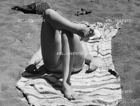 BVA-F-002940-0000 - Gambe femminili su una spiaggia - Data dello scatto: 1960 ca. - Archivi Alinari, Firenze