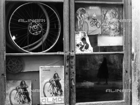 BVA-F-002952-0000 - Vetrina con pubblicità di ciclomotori - Data dello scatto: 1960 ca. - Archivi Alinari, Firenze