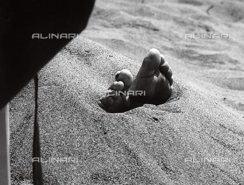 BVA-F-002955-0000 - Piedi nella sabbia - Data dello scatto: 1950 ca. - Archivi Alinari, Firenze