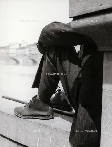BVA-F-002971-0000 - Un uomo seduto su una delle spallette del lungarno a Firenze - Data dello scatto: 1965 ca. - Archivi Alinari, Firenze