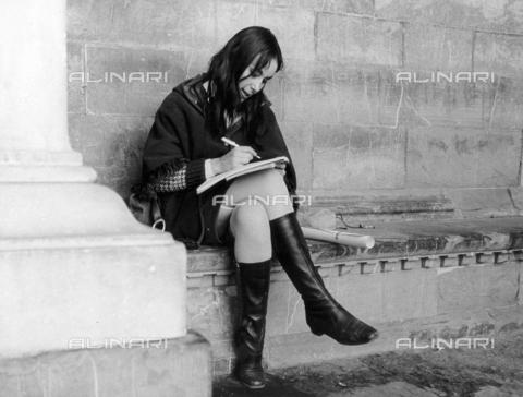 BVA-F-003826-0000 - Giovane donna che scrive sotto la Loggia del Lanzi a Firenze - Data dello scatto: 1965 ca. - Archivi Alinari, Firenze