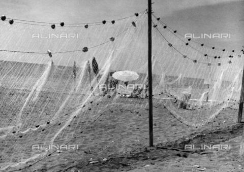 BVA-F-003836-0000 - Rete da pesca su una spiaggia - Data dello scatto: 1959 - Archivi Alinari, Firenze