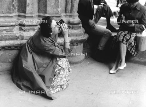 BVA-F-003899-0000 - Donna scatta una fotografia - Data dello scatto: 1950 ca. - Archivi Alinari, Firenze