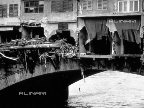 BVA-F-006053-0000 - Ponte Vecchio with the backs of the shops staved in by the force of the waters during the flood of november 4, 1966 - Date of photography: 11/1966 - Alinari Archives-Balocchi archive, Florence