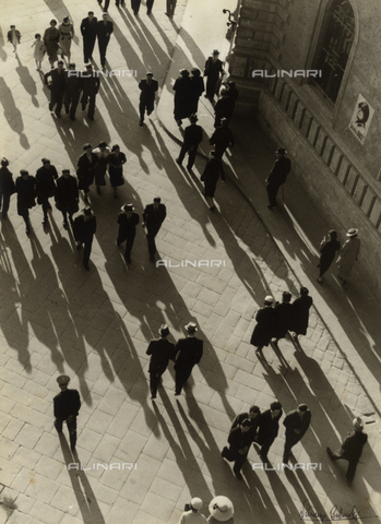 BVA-F-006071-0000 - View from above of a street crowded with passersby - Date of photography: 1938 ca. - Alinari Archives-Balocchi archive, Florence