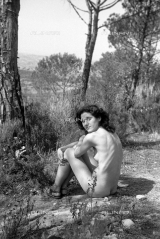 BVA-S-050026-1118 - Nude model posing - Date of photography: 1944-1945 - Fratelli Alinari Museum Collections-Balocchi Archive, Florence