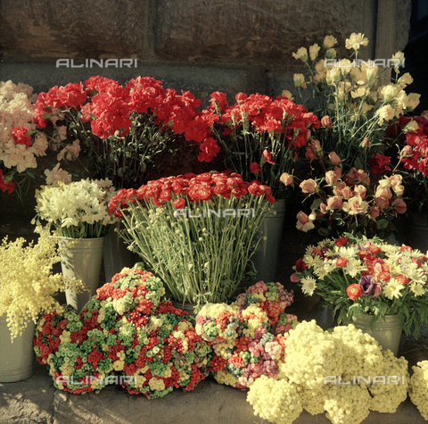 BVA-S-C10022-0002 - Flower market in front of Palazzo Strozzi, Florence