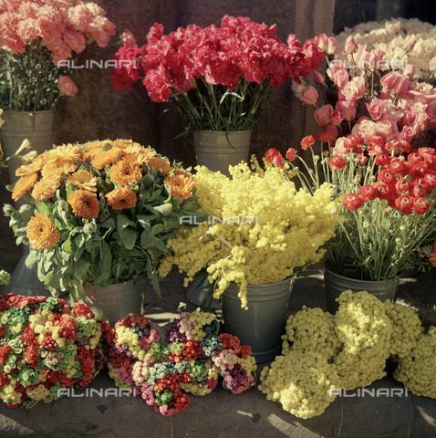 BVA-S-C10022-0008 - Flower market in front of Palazzo Strozzi