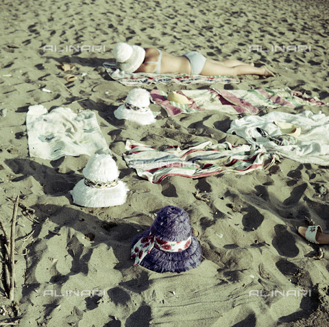 BVA-S-C30091-0002 - Woman on the beach, Cecina - Date of photography: 07/1962 - Alinari Archives-Balocchi archive, Florence