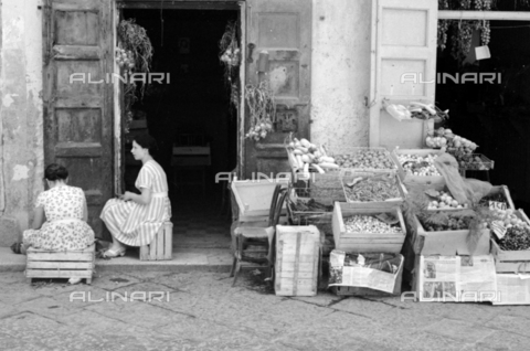 BVA-S-S10008-0006 - Fruit and vegetable shop in Lipari, Aeolian Islands - Date of photography: 06/1961 - Fratelli Alinari Museum Collections-Balocchi Archive, Florence