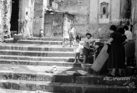 BVA-S-S10010-0001 - Daily life: group of women and children near a fountain - Date of photography: 1960-1961 - Fratelli Alinari Museum Collections-Balocchi Archive, Florence