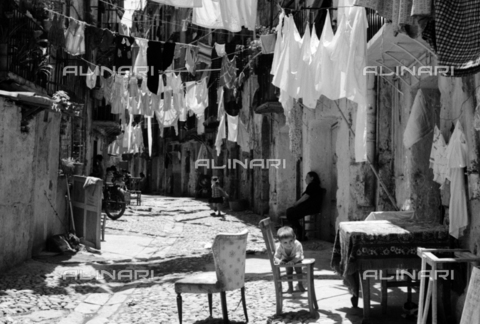 BVA-S-S10010-0002 - Clothes hanging in a Sicilian street - Date of photography: 1960-1961 - Fratelli Alinari Museum Collections-Balocchi Archive, Florence