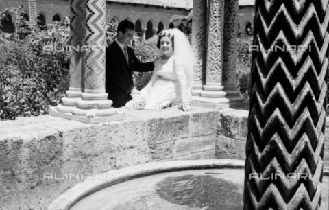 BVA-S-S10010-0005 - A married couple photographed next to the fountain of King William II in the cloister of the Cathedral of Monreale - Date of photography: 1960-1961 - Fratelli Alinari Museum Collections-Balocchi Archive, Florence