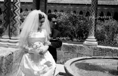 BVA-S-S10010-0009 - A married couple photographed next to the fountain of King William II in the cloister of the Cathedral of Monreale - Date of photography: 1960-1961 - Fratelli Alinari Museum Collections-Balocchi Archive, Florence