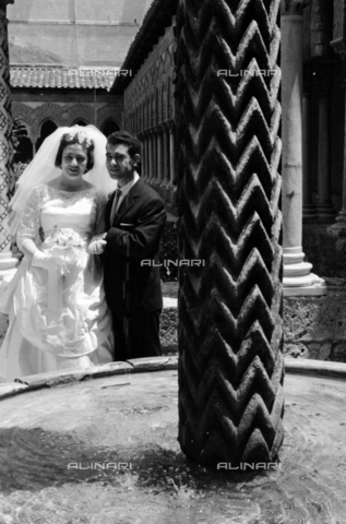 BVA-S-S10010-0010 - A married couple photographed next to the fountain of King William II in the cloister of the Cathedral of Monreale - Date of photography: 1960-1961 - Fratelli Alinari Museum Collections-Balocchi Archive, Florence
