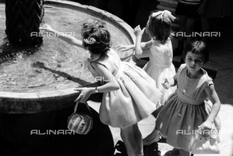 BVA-S-S10010-0012 - Little girls photographed next to the fountain of King William II in the cloister of the Cathedral of Monreale - Data dello scatto: 1960-1961 - Archivi Alinari, Firenze