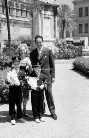 BVA-S-S10011-0016 - Portrait of a family in front of the Cathedral of Our Lady of the Assumption in Palermo - Date of photography: 1960-1961 - Fratelli Alinari Museum Collections-Balocchi Archive, Florence