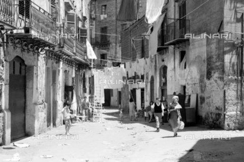 BVA-S-S10011-0017 - Clothes hanging in a Sicilian street - Date of photography: 1960-1961 - Fratelli Alinari Museum Collections-Balocchi Archive, Florence