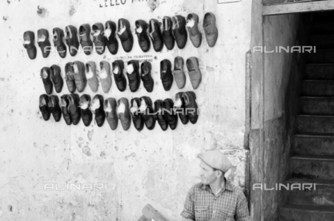 BVA-S-S10011-0020 - Shoe seller - Date of photography: 1960-1961 - Fratelli Alinari Museum Collections-Balocchi Archive, Florence