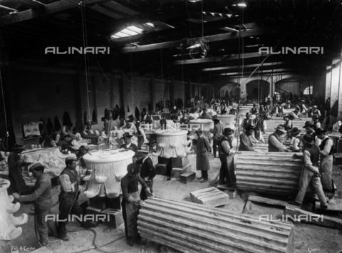 """CAA-F-000088-0000 - Carrara. Stabilimento """"Marmifera Ligure"""": lavorazione del marmo - Data dello scatto: 1900 ca. - Archivi Alinari, Firenze"""