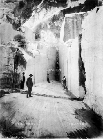 """CAA-F-000089-0000 - Alcuni cavatori posano tra le pareti della cava di marmo """"Fabbricotti in Gioja"""" sulle Alpi Apuane, in Toscana - Data dello scatto: 1900 ca. - Archivi Alinari, Firenze"""