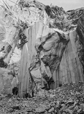 CAA-F-000092-0000 - Cavatori al lavoro lungo la ripida parete di una cava di marmo sulle Alpi Apuane, in Toscana - Data dello scatto: 1900 ca. - Archivi Alinari, Firenze