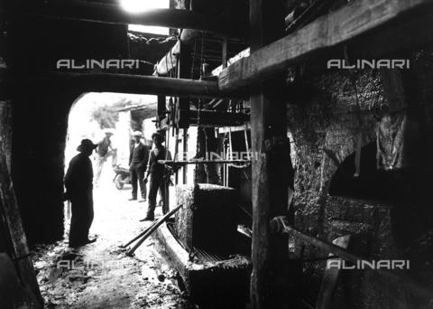 CAA-F-000107-0000 - Un momento del processo di lavorazione del marmo: il blocco di marmo viene tagliato in lastre da una macchina - Data dello scatto: 1900 ca. - Archivi Alinari, Firenze