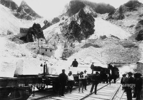 CAA-F-000116-0000 - Cavatori davanti ad un convoglio ferroviario carico di blocchi di marmo a Ravaccione, sulle Alpi Apuane - Data dello scatto: 1900 ca. - Archivi Alinari, Firenze