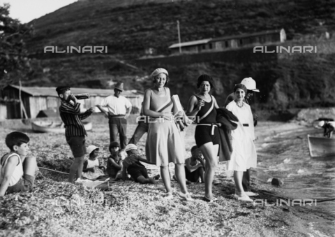 CAD-S-030005-0002 - Group of bathers on the beach - Date of photography: 1925-1930 - Fratelli Alinari Museum Collections-Cammarata Donation, Florence