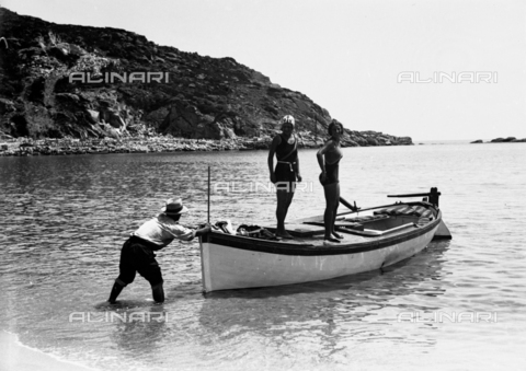 CAD-S-030005-0007 - Two women left standing on a boat pushed into the sea by a man - Date of photography: 1925-1930 - Fratelli Alinari Museum Collections-Cammarata Donation, Florence