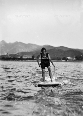 CAD-S-030016-0008 - Woman photographed while practicing water skiing on the Island of Elba