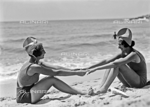 CAD-S-030018-0010 - Couple of girls on the beach of Seccheto, Elba Island - Date of photography: 24/07/1930 - Alinari Archives-Monteverde archive, Florence