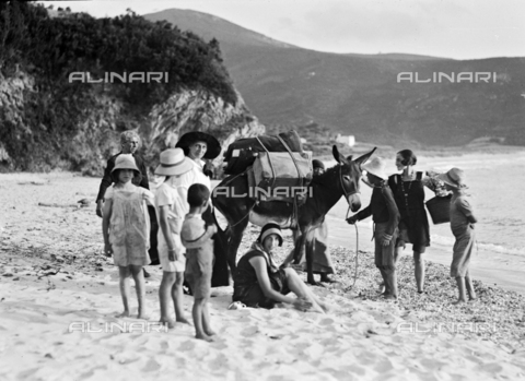 CAD-S-030023-0007 - Holidays on Elba Island: group of tourists on Biodola beach - Date of photography: 1924 - Alinari Archives-Monteverde archive, Florence