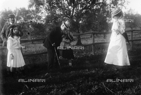 CAD-S-050019-0012 - Group portrait during a trip to a vineyard in Cecchina, an elderly man bends over a little girl - Date of photography: 1907 - Fratelli Alinari Museum Collections-Cammarata Donation, Florence