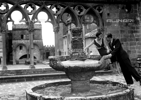 CAD-S-080011-0011 - Couple Portrait,  in front of a fountain, Viterbo - Date of photography: 13/09/1930 - Alinari Archives-Monteverde archive, Florence