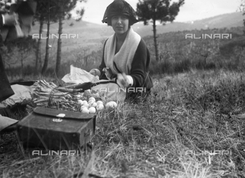 CAD-S-100007-0008 - Portrait of a young woman sitting on a meadow next to mushrooms and asparagus in Vallombrosa - Date of photography: settembre 1922 - Fratelli Alinari Museum Collections-Cammarata Donation, Florence